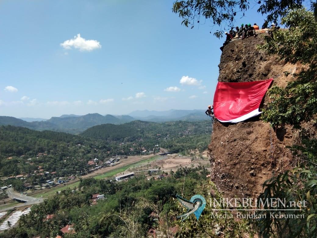Keren! Bendera Merah Putih Raksasa Terbentang di Bukit Kedoya Sempor