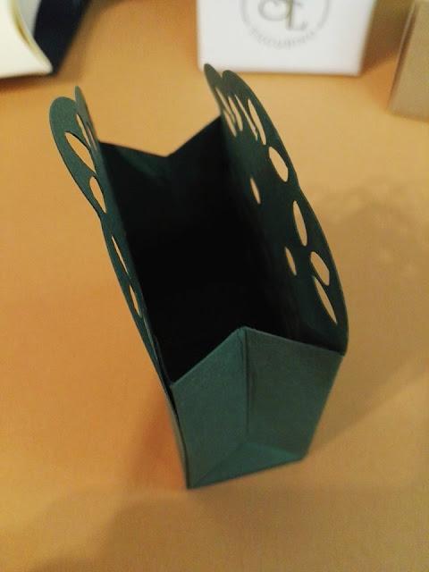 http://scatolesumisura.it/it/categorie-di-utilizzo/bomboniere-portaconfetti-fai-da-te/mini-astucci-piccole-scatoline-cartoncino-porta-confetti-segnaposto.html
