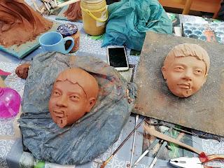 Proceso de modelado de una escultura cerámica en proceso