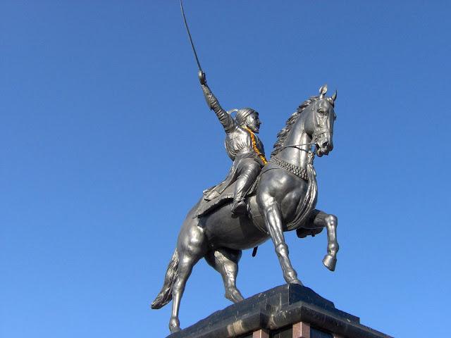 The_statue_of_Warrior_King_Shivaji_at_Pratapgadh_Fort,_Maharashtra,_India