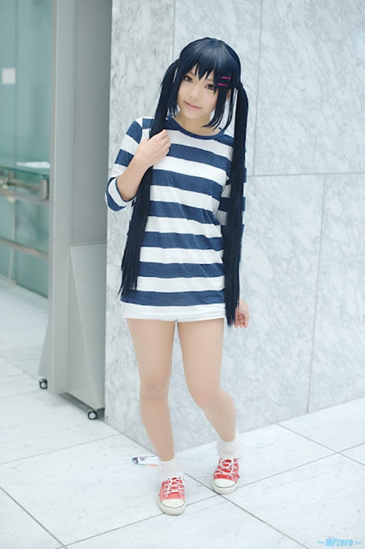 K-On Cosplay Photo as Azusa Nakano | Anime Cosplay