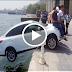 بالفيديو شاهد المارة ينقذون سيارة من السقوط في البحر بطريقة مضحكة شاهد ماذا حدث في الأخير