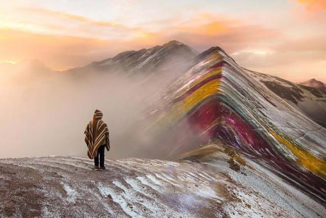 Observando la Montaña de los 7 colorees entre neblinas