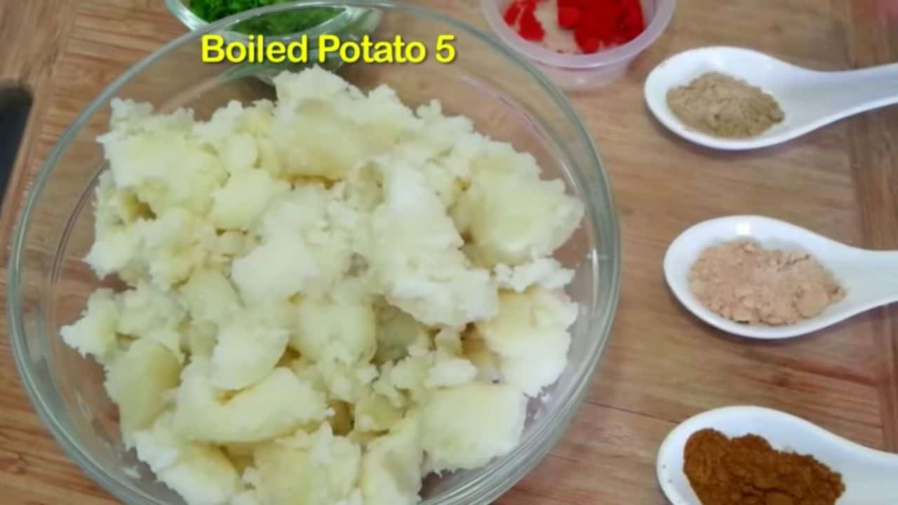 boil-potato-in-cooker-for-a-minute-then-add-in-bowl