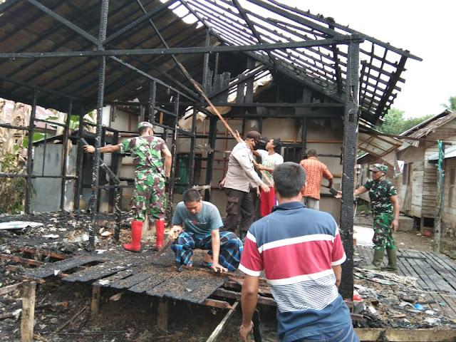 Anggota Koramil 07/Pagat Bantu Pembersihan Sisa Kebakaran Rumah Warga