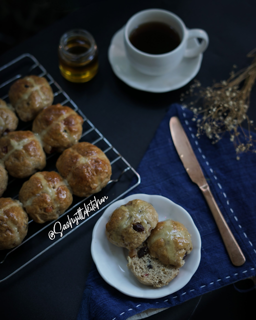 resep hot cross bun sashy little kitchen