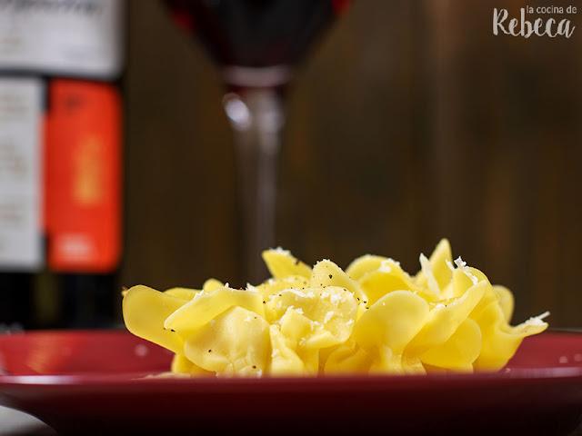 Pasta fresca rellena con salsa de queso