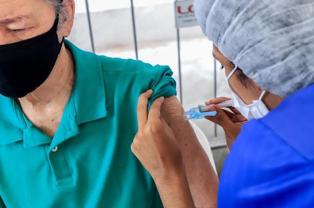 Idosos com mais de 80 anos começam a receber a 3ª dose da vacina anti-Covid no sábado, 25