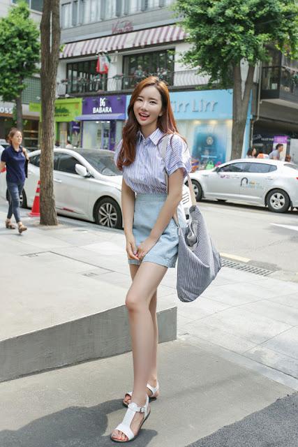 Rok Mini Cewek Korea Bahan Denim dengan Kaki Putih Mulus