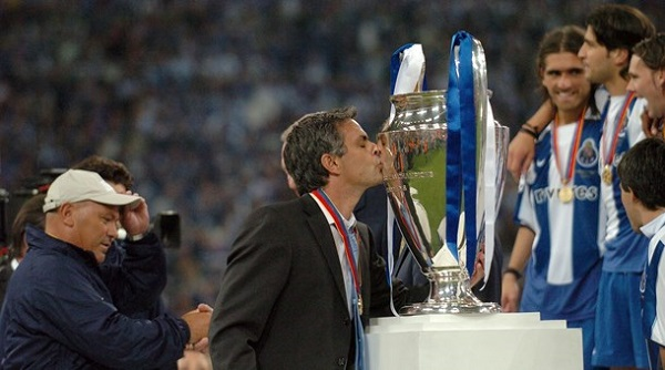premier league champions jose mourinho kissing champions league trophy in 2004