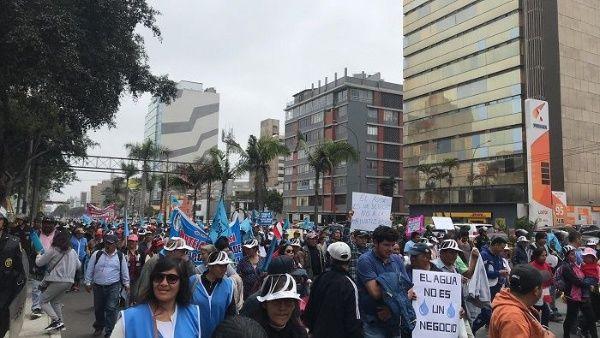 Marchan en Perú contra la privatización del servicio de agua