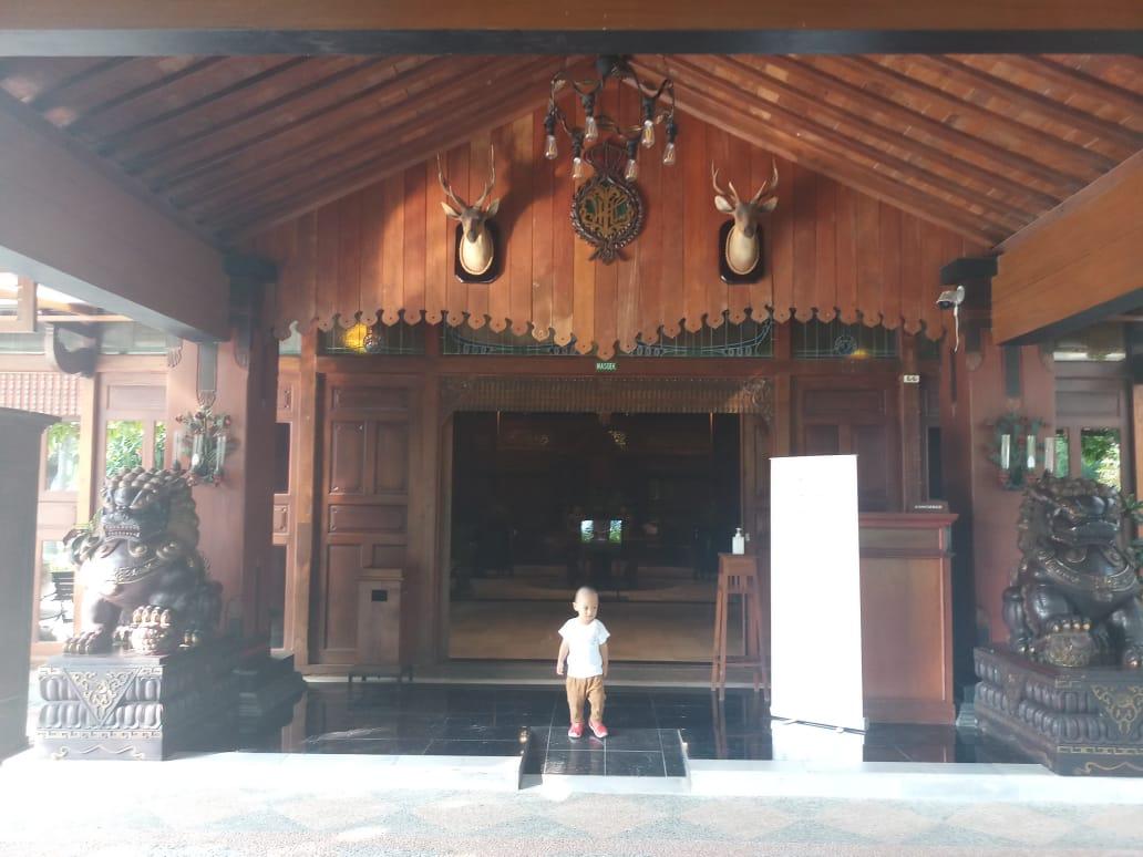 pintu lobby Balemong