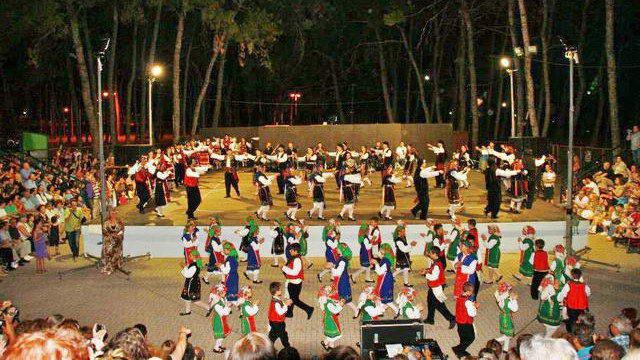 """Μουσικοχορευτική εκδήλωση """"Ας κρατήσουν οι χοροί"""" στο Κηποθέατρο Αλεξανδρούπολης"""