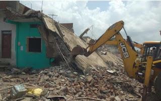 कुख्यात 10 हजार के ईनामी फरार बदमाश का दो मंजिला मकान तोड़ा