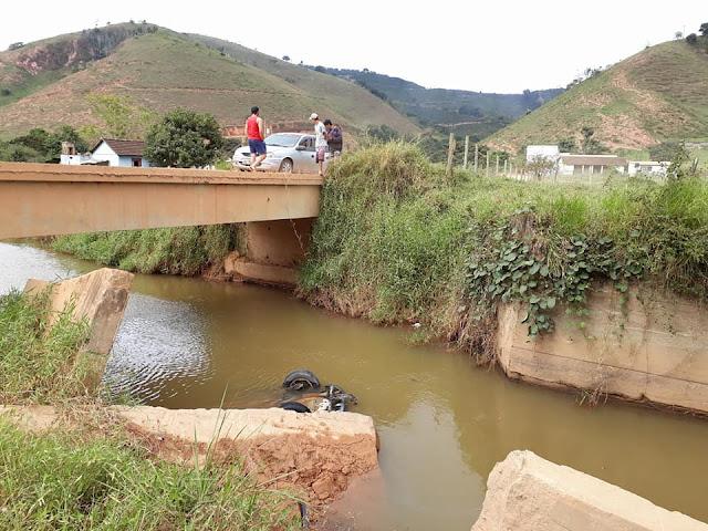 Carro despenca de ponte na zona rural de Brejetuba
