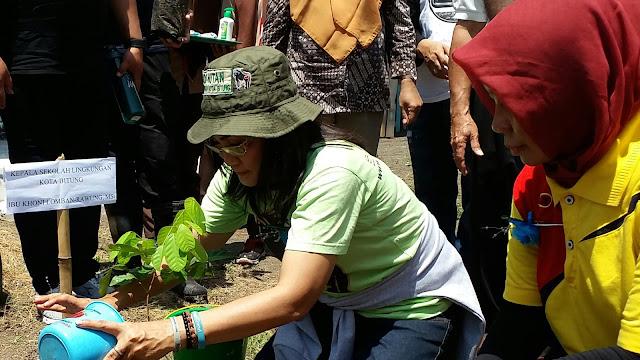 Kepala Sekolah Lingkungan Kota Bitung Tanam Pohon Buah dan Perindang di MA Alkhairaat