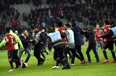 Các cầu thủ Lille tháo chạy khi bị CĐV tấn công