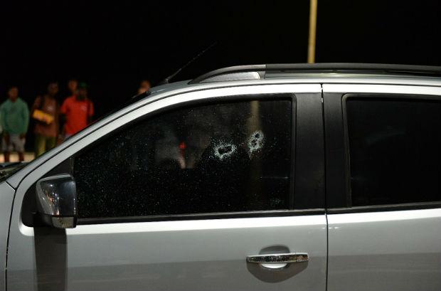 Marcas de tiros na janela do carro do empresário morto em Salvador (Foto: Betto Jr/ Correio)