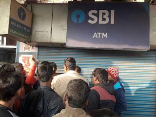 ATM में कैश डालने के दौरान हुई 45 लाख की लूट, अपराधियों ने गार्ड को मारी गोली
