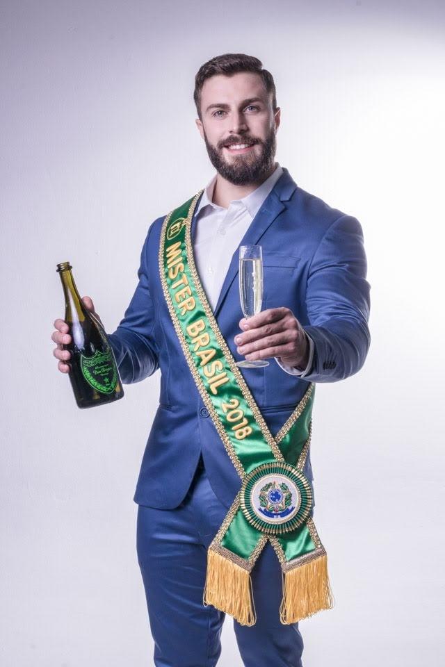 Mister Brasil Gabriel Ximenez comemora em ensaio a chegada do ano novo. Foto: Rubens Apolinário