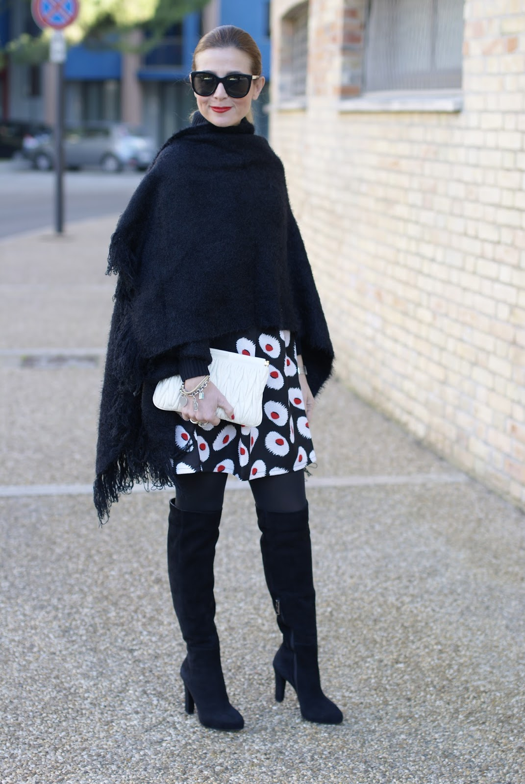 How to wear a black cape from Katherine Kelly Lang Kelly Kloset and Loriblu suede boots on Fashion and Cookies fashion blog, fashion blogger style