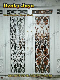 Pintu utama rumah mewah klasik dari material besi tempa dan ornamen klasik