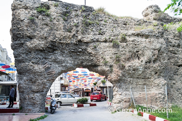 Altından araba yolu geçen Kemeraltı, tarihi bir Roma hamamı, Tarsus