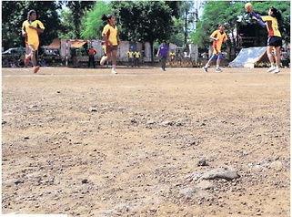 लापरवाही : पथरीले मैदान में राज्यस्तरीय हैंडबॉल प्रतियोगिता, ठोकरें लगने से 15 खिलाड़ी जख्मी | Shivpuri News