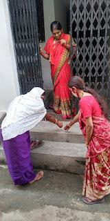 नागरिकों को घर - घर पीला चावल देकर वैक्सीनेशन के लिए किया गया प्रेरित