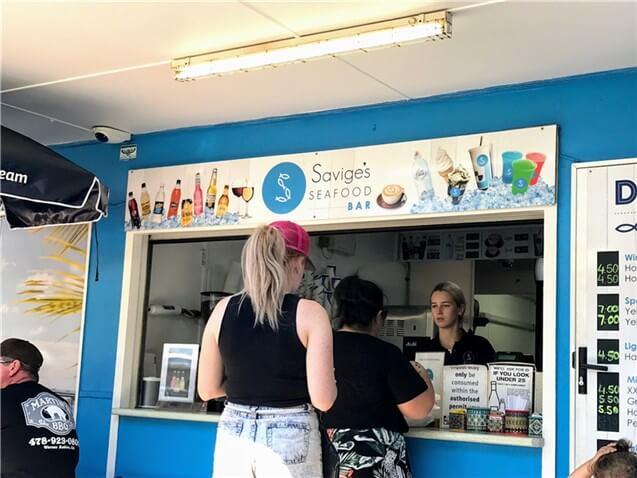 """ブライビー島の家族連れに人気フィッシュアンドチップスの店 """"Savige's"""""""