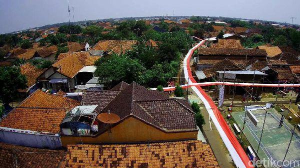 Bendera Merah Putih 1.000 Meter Mengelilingi Kampung di Pekalongan