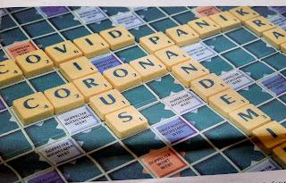Die Worte Corona, Covid, Virus als Scrabble