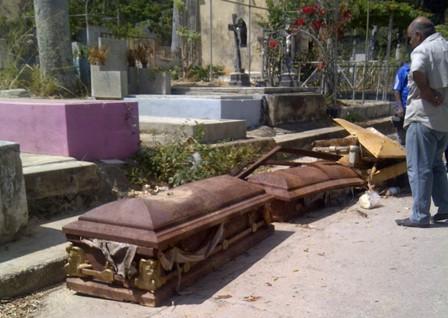 Denuncian que Cementerio General del Sur está tomado por el hampa e inundado de basura