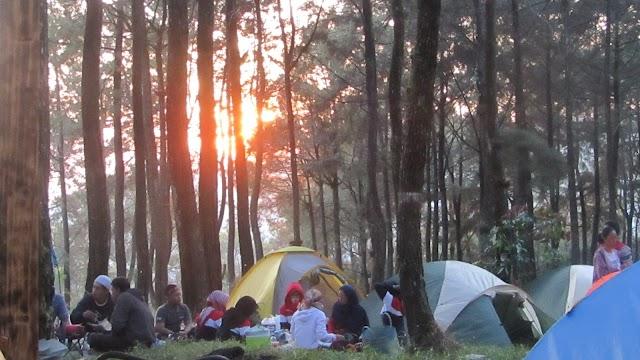 Camping, Kopi dan Teman yang Merangkai Kehangatan Sikembang Park