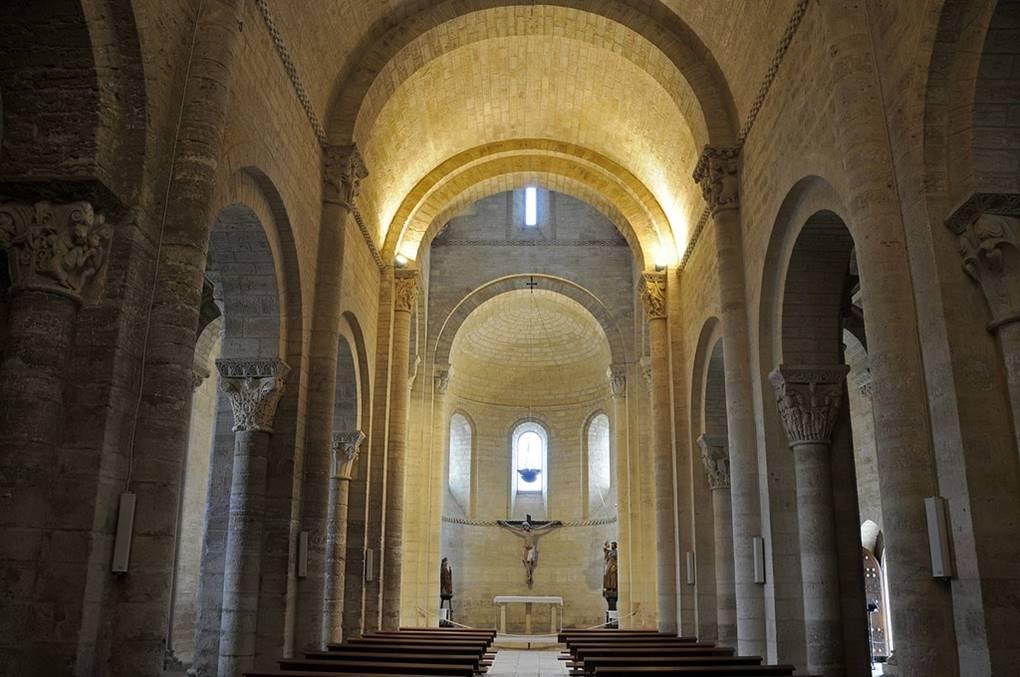 Historia del arte temas im genes y comentario for Interior iglesia romanica
