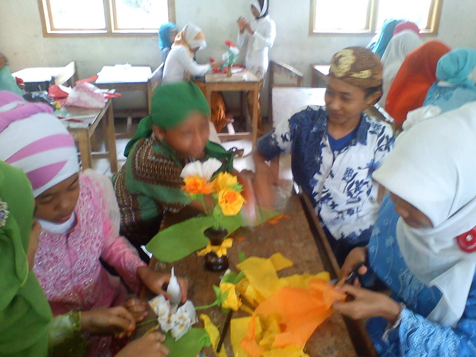 Gambar kegiatan lomba membuat kerajinan pot bunga hias hari kartini Mts Kumbo