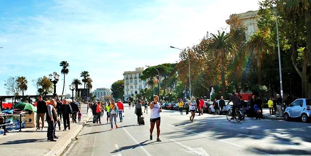 maratona, corridori, lungomare, lungomare di Bari, alberi, palme, cittadini, città palazzi, strada