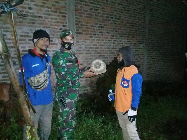 Babinsa Jatinom Bersama Relawan Musnahkan Sarang Tawon Vespa