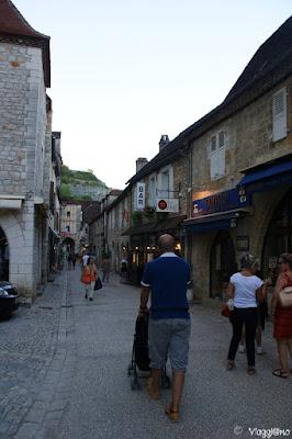 La via del centro con le case in pietra ed i negozi
