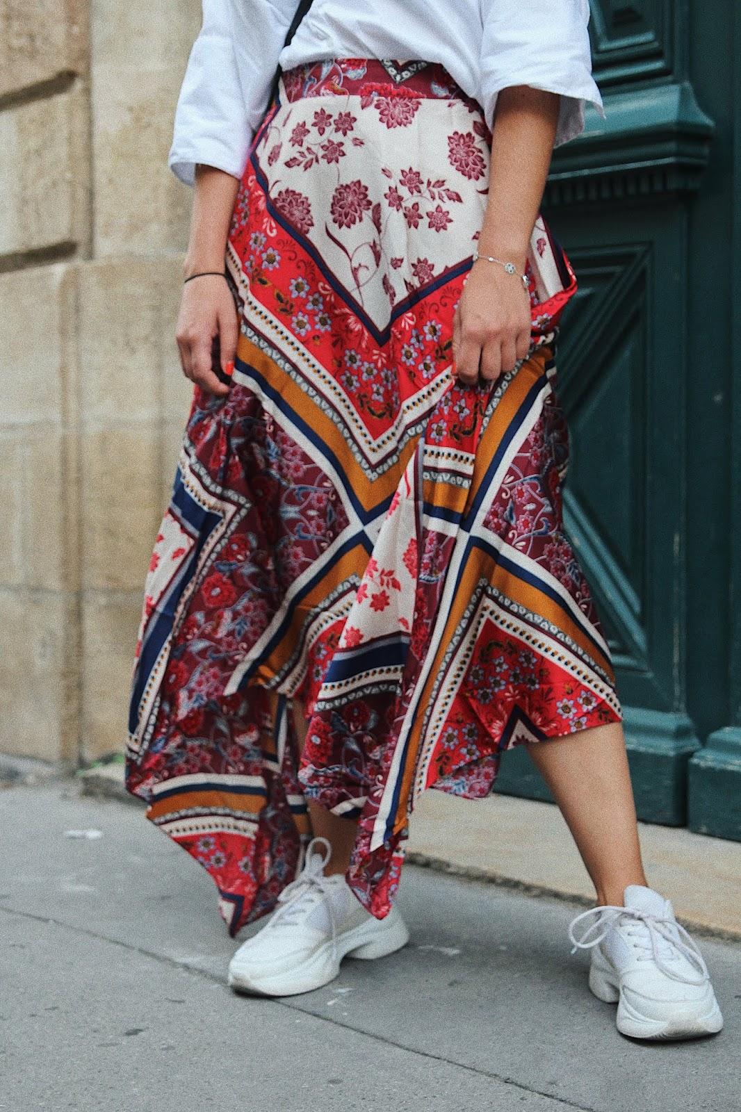 looks rentrée jupe imprimé foulard basket blanche 2018