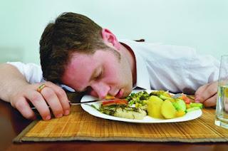 7 مخاطر يسببها النوم بعد الأكل بنص ساعة تجنبوها