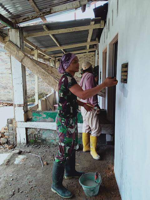 Dalam Rangka Karya Bhakti, Personel jajaran kodim 0207/Simalungun Laksanakan Pengecatan Gereja