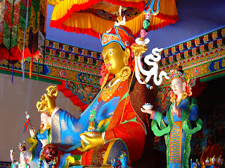 Estátua no Interior do Templo Tibetano de Três Coroas