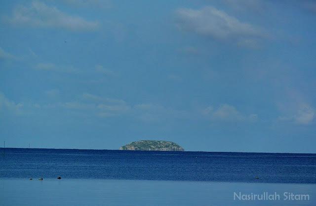 Pulau Gundul Karimunjawa yang tampak jelas dari Pelabuhan Legon Bajak