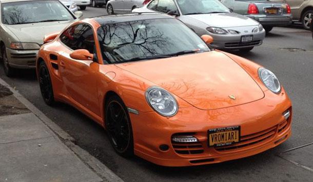 O Eλληνάρας πήρε turbo Porsche στη Νέα Υόρκη και έβαλε τη πιο γελοία πινακίδα ever...