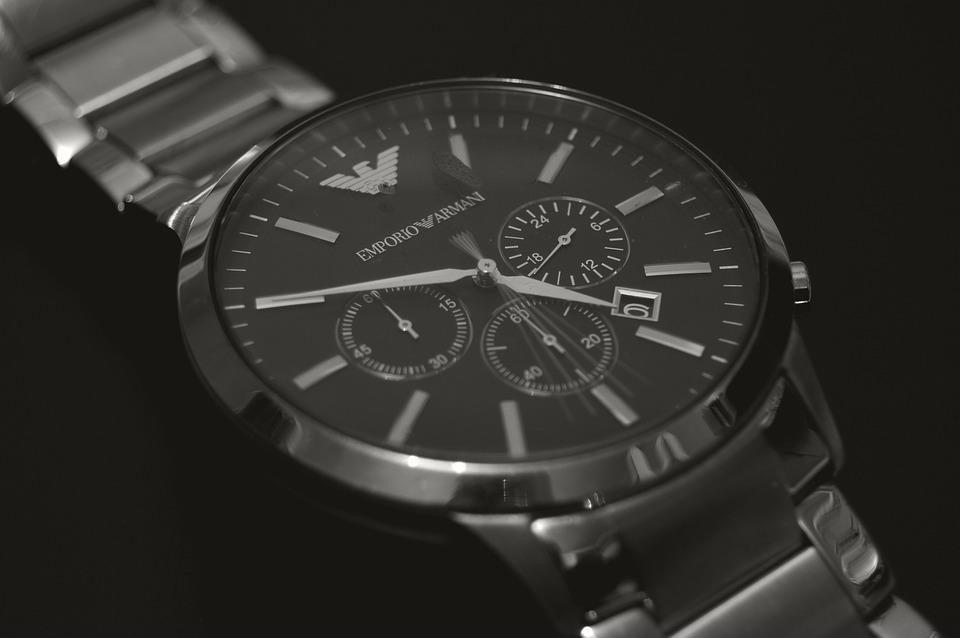 Hermoso reloj negro
