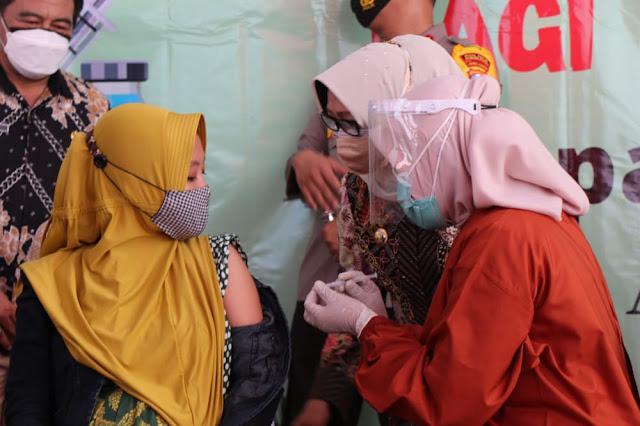 Munjidah Wahab Canangkan Vaksinasi Covid-19 Bagi Ibu Hamil di Kabupaten Jombang.lelemuku.com.jpg