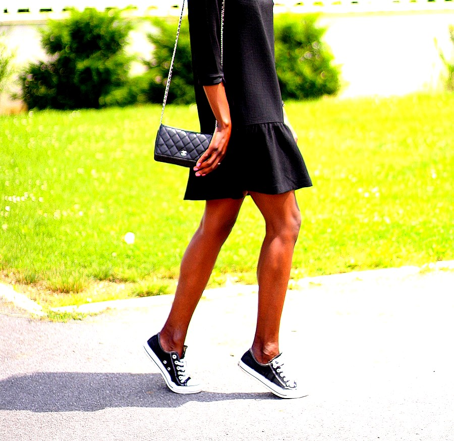 chanel-woc-petite-robe-noire-baskets-converse-basses