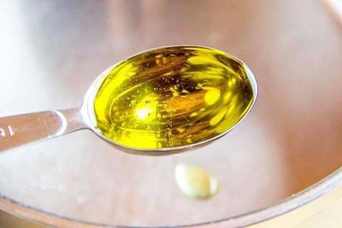فوائد تناول ملعقة كبيرة من زيت الزيتون على الريق .