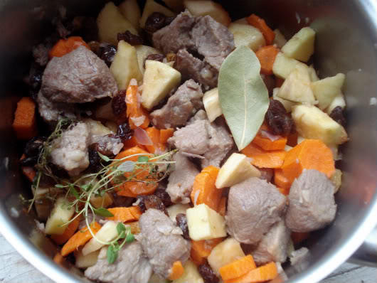 apples, carrot, raisins, laurel, celery, thyme and cinnamon with meat